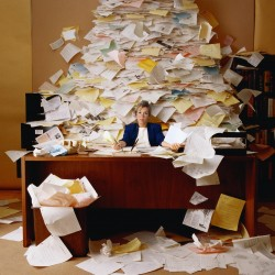 汚いデスクがあなたの仕事効率を下げている!「仕事効率をあげるためには整理整頓がマスト」