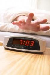 【最高の寝起きはこれで実現する】スッキリ目覚めのキーワードは「レム睡眠・半身浴・朝ごはん」
