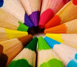【あなたの仕事効率をあげてくれる色はこれだ】身の回りに置くものを変えるだけで仕事が一気にはかどる!