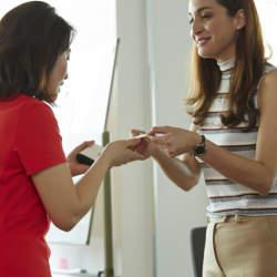 海外と日本で異なる「名刺交換マナー」の違いとは? 出張・転勤で役立つ「海外での名刺交換」のやり方