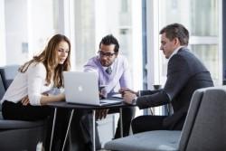 【相手との距離を縮める】営業マンが会話の導入として適した話題とは?