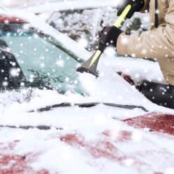 フロントガラスの氷が一瞬で溶ける!冬の車通勤を快適にするための便利なカーグッズ5選!