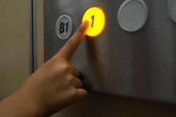 「先に乗り、後に降りる」 - 来客時のエレベーター使用時のマナー
