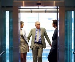 目上の人とエレベーターに乗る時に心がけておきたいマナー