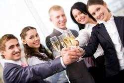「飲み会で会話に入れない…」という悩みを抱える人におくる対処法