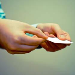 営業の訪問で相手が不在だった場合の「名刺」の使い方&手書きメッセージの書き方