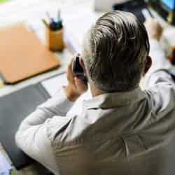 【英語の電話対応】電話口で名乗るときに使える英語表現とポイント