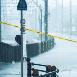 台風で会社は休みになるの?「台風接近時」に心がけるべき対応や連絡について解説