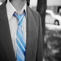 程よいおしゃれを演出!三角形をキレイに作るネクタイの結び方