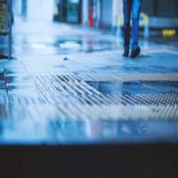 【雨の日に靴が濡れない方法】傘のさし方・歩き方を変えるだけで雨はカンタンに防げた