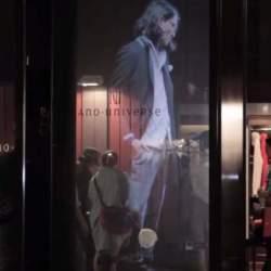 【動画】ショーウインドーの中に現れた、幻の美男美女。ホログラムで変わるファッションショーの未来