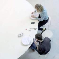 置くだけでスマホの充電が可能!オランダが生んだ驚きの会議用テーブル「Cloud Table」