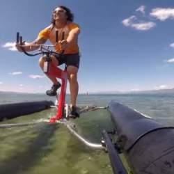 自転車が水上を走ってる!?まるで自転車を漕ぐように水上を移動出来るボート型自転車「the X1」