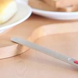 固いバターを無理してパンに塗る時代は終わりました。熱伝導でバターを溶かすナイフが登場