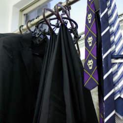 身だしなみの基本! スーツの汚れ・臭いは事前の予防とケアが重要