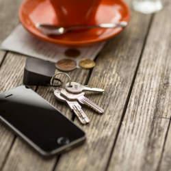 最もかさばらない充電器!大きさ3cmでiPhoneをどこでも充電できる「Oivo」