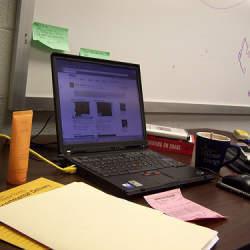 使いやすい環境を整え、仕事の効率とモチベーションをアップさせよう! デスクに溜まった書類の整理術