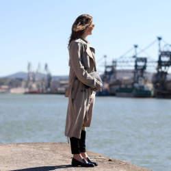 ビジネスウーマン必見!スーツに合わせるコート選び、今年は私服にも使えるトレンチで決まり