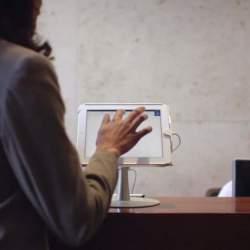 イケてるオフィス感がやばい。タブレットでオフィスの来客対応が完結する「ENVOY」