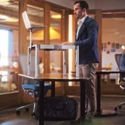 もう特別な机は必要ありません。 持ち運びも簡単で30秒で組み立てられるスタンディングデスク登場