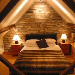 一日の終わりはやわらかな灯りで。照明を変えるとベッドルームが最高の癒しの空間に変わる。