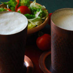 冷たいビールはやっぱり美味い。銅製タンブラーで飲む一杯は思わずあなたも唸る味