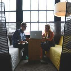 仕事を他の人へ依頼するベストタイミングが「勤務時間前」である二つの理由