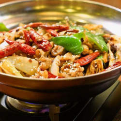 汗かく辛さがウマい。火鍋の次は汁なし鍋料理「干鍋(ガングオ)」が来るかもしれない