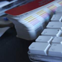 オフィスの書類整理術は「緊急性と種目別」の2種類に分けて行うようにしよう