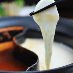 具材に絡むとろ〜りチーズ! モッツァレラチーズのしゃぶしゃぶ「モツァしゃぶ」がこの冬アツい