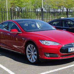 激動する自動車:電気VS.エンジン 電気自動車は本当に普及するのか?