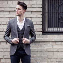 着こなし次第でオフィス服の定番に。デニムとジャケットでビジネススタイルを作ろう