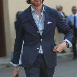 定番のスーツスタイルはパンツで差をつける。上質なオトナはタックなしを履く!
