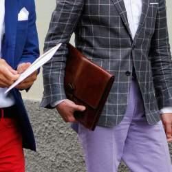 実は全然ダメじゃない。「スーツ×クラッチバッグ」は地味っぽい雰囲気を変えるのに最適な組み合わせ