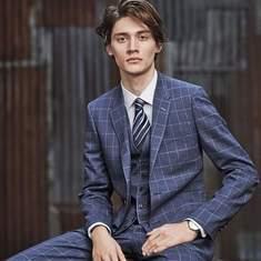 定番の「ネイビースーツ」も旬を取り入れてカッコよく。Paul Smithの新作スーツが見逃せない