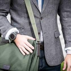 スーツにデジタル腕時計を着用するのはアリ? 評価の高いビジネスマンになるための基本マナー