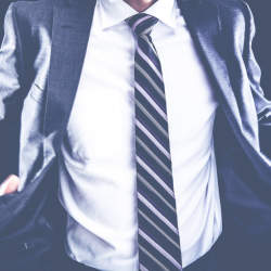 スーツを長持ちさせるクリーニング頻度!スーツクリーニングの相場や日数、お手入れのコツを徹底解説
