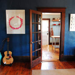 限りなく部屋に溶け込むブルー。「ブルー」をベースにしたインテリア事例4選