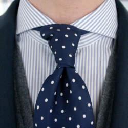 一歩差をつける遊びのテクニック。ジャケパンの決まり手はシャツとタイが織りなすVゾーンにある