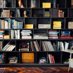 使い方を工夫するだけでインテリアの一部に。本棚を魅せる収納に変化させよう