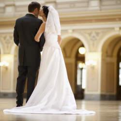 結婚式で恥をかかない大人になるために。結婚式に出席する際の正しい服装を学ぶ。