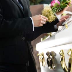 葬儀に参加することになった……。周りにマナー違反と思われない、正しい服装とは?