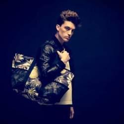 難易度高めな「花柄」や「ボタニカル柄」もバッグなら取り入れやすい。お洒落初心者にオススメのバッグ