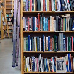 乱雑な本の山とはお別れしよう。ごちゃごちゃな本棚から開放されるための収納術