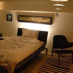簡単にホテル風の寝室が完成。部屋の真ん中にベットを置いたインテリアコーディネート集