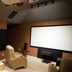 工夫をすれば狭い部屋でも小さな映画館に。ワンルームのスペースを有効活用したホームシアター