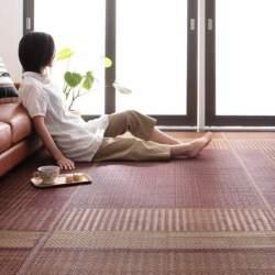 ラグは冬だけのものではない。床を彩る夏用のラグでリビングルームを華やかに演出