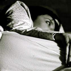 夏のベッドは寝苦しい……。ベッドルームを涼しく快適にするための3つの工夫