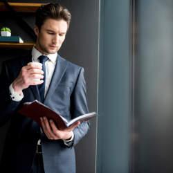 スーツ姿を格上げするヘアスタイル必勝講座。お洒落ビジネスマンは、ヘアスタイルでキメる。