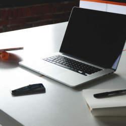 目に優しい「ノングレア加工」ノートパソコン。疲れを残さないスマートな仕事をするならノングレアで